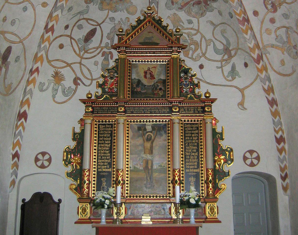 Altaar en fresco's in de Vor Frue Kirke in Skive, Denemarken © copyright dutchmarco