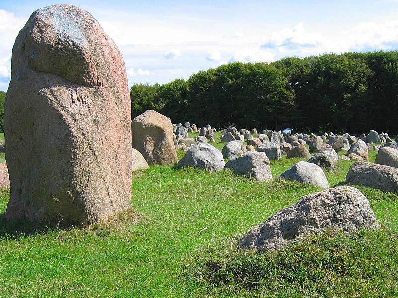Vikinggraven op de Lindholm Høje © copyright dutchmarco