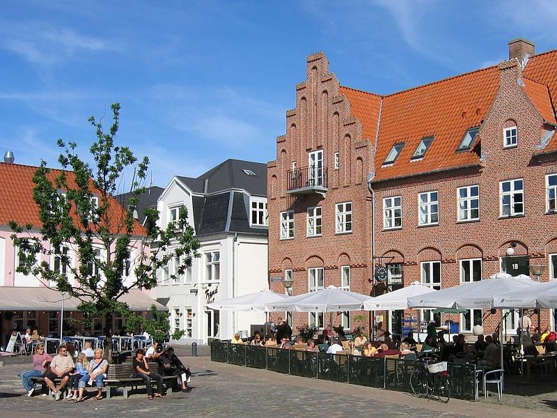 In het centrum van Aalborg, lekker in het zonnetje op dit plein met terrassen © copyright dutchmarco