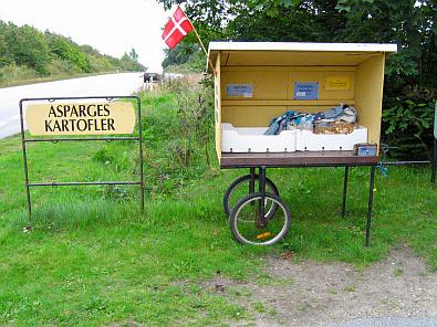 Asperges en aardappelen langs de weg te koop © copyright dutchmarco