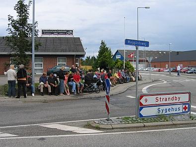 Wachten langs de weg op wat komen gaat © copyright dutchmarco