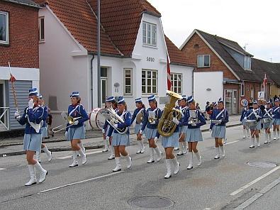 Voorop loopt de fanfare © copyright dutchmarco