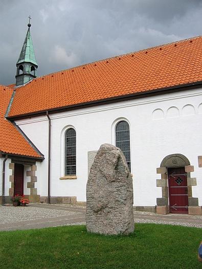 Runensteen bij de kerk in Aars © copyright dutchmarco