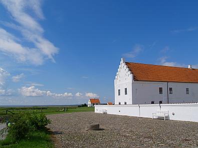 Het Vitskøl Kloster in het vlakke landschap © copyright dutchmarco