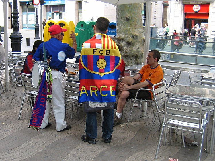 La Rambla: steeds meer voetbalsupporters komen wij tegen © copyright Dutchmarco