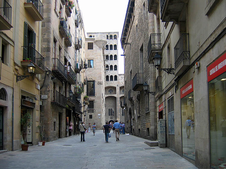 Smalle straten met oude gebouwen © copyright Dutchmarco