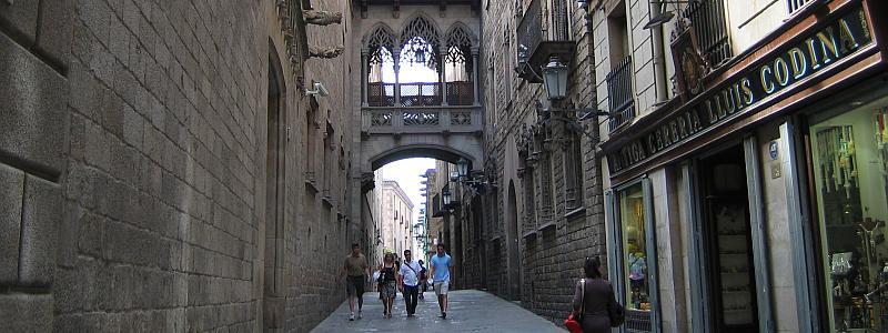 Barcelona: Carrer del Bisbe Irurita (straat in het district Ciutat Vella) © copyright Dutchmarco