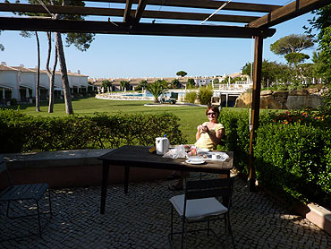 Ontbijten op ons terras © copyright Dutchmarco