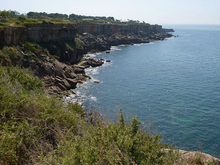 De rotsachtige kust in zuidoostelijke richting © copyright Dutchmarco