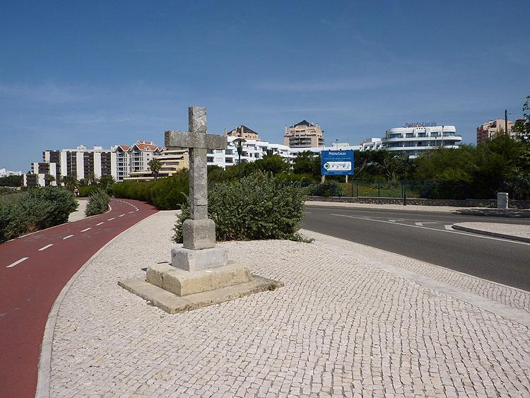 Langs de weg staat een kruis © copyright Dutchmarco