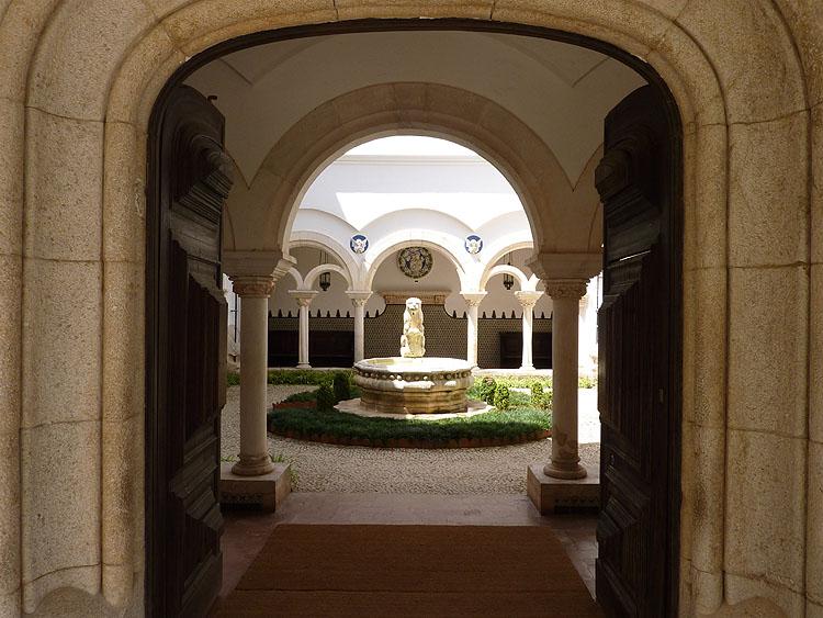De entree tot het museum Condes de Castro Guimarães © copyright Dutchmarco