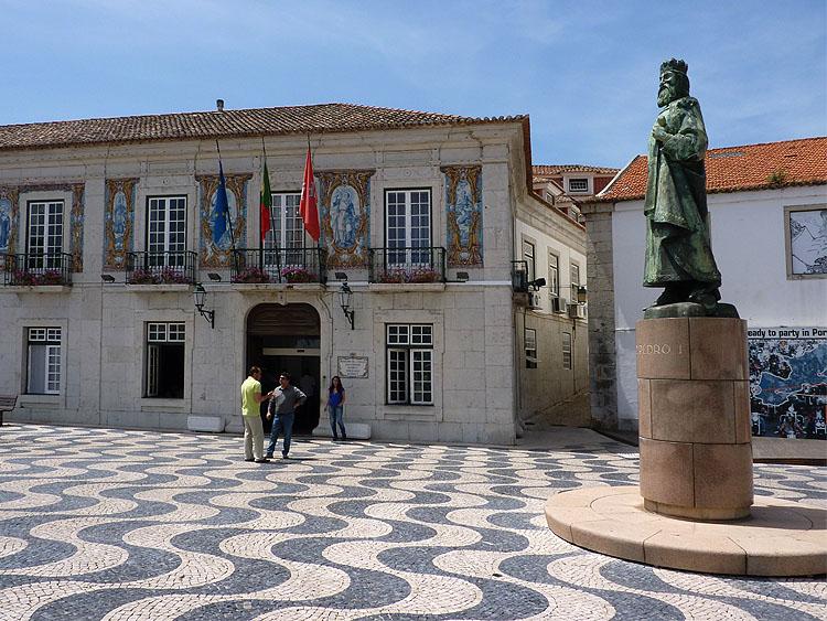 De entree van het gemeentehuis en het standbeeld van koning Dom Pedro1 © copyright Dutchmarco