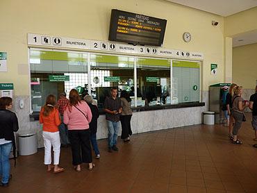 Treinkaartjes kopen aan het stationsloket © copyright Dutchmarco