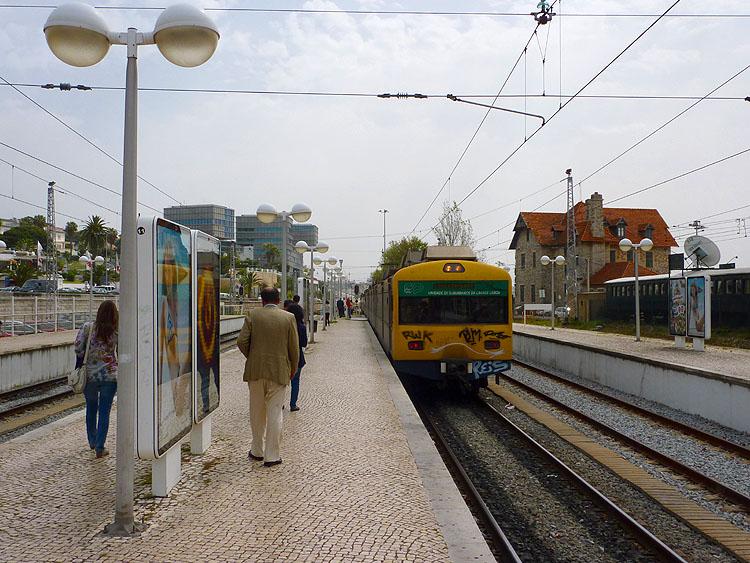 De trein naar Lissabon op het station van Cascais © copyright Dutchmarco