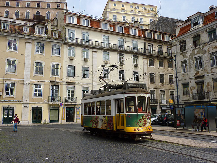 Een traditionele tram in Lissabon © copyright Dutchmarco