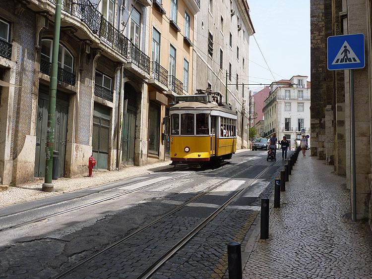 Weer één van de vele trams in Lissabon © copyright Dutchmarco