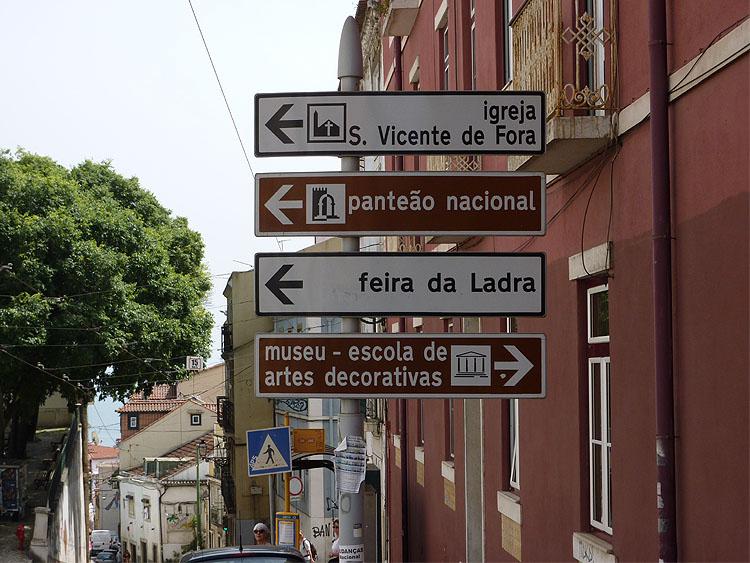 Op de richtingborden staat al weer een kerk genoemd © copyright Dutchmarco