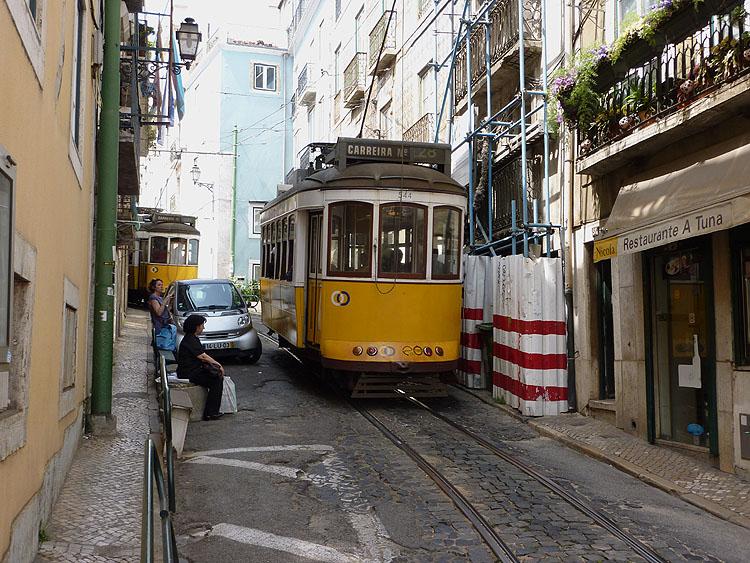In de wijk Alfama zijn de straatjes soms erg smal © copyright Dutchmarco