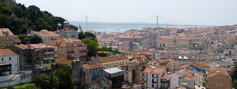 Uitzicht vanaf Miradouro da Graça over Lissabon © copyright Dutchmarco