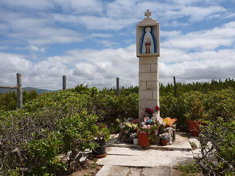 Dan staat er rechts van de weg een heiligenbeeldje met kunstbloemen eronder © copyright Dutchmarco