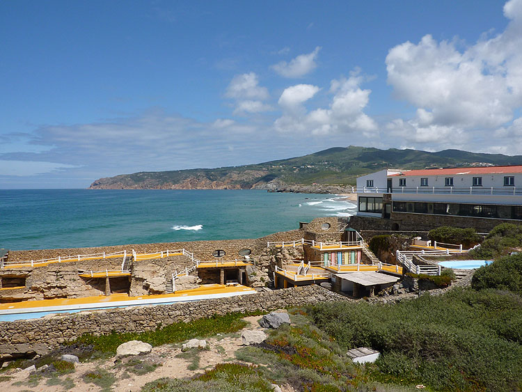 Hotel-restaurant Estalagem Muchaxo, met op de voorgrond het zwembad tussen de rotsen © copyright Dutchmarco