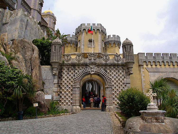 Eén van de toegangspoorten tot het paleis © copyright Dutchmarco