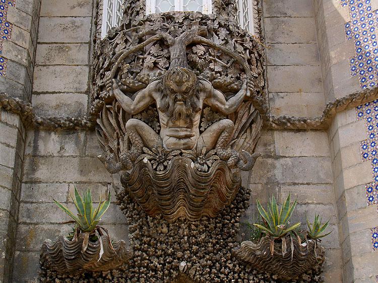 Sculptuur boven de entree tot het paleis © copyright Dutchmarco