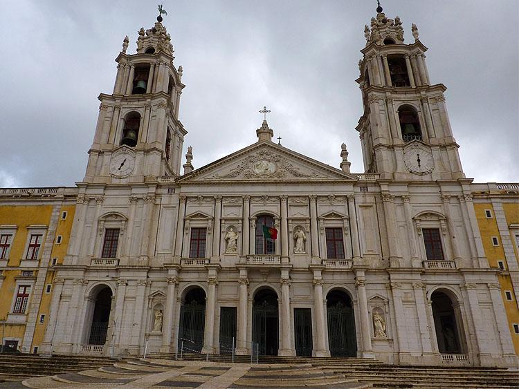Het centrale deel van de voorgevel behoort tot de kerk © copyright Dutchmarco