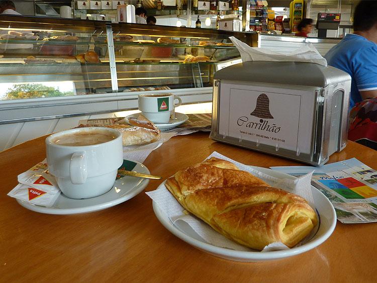 Even iets gebruiken in het café © copyright Dutchmarco