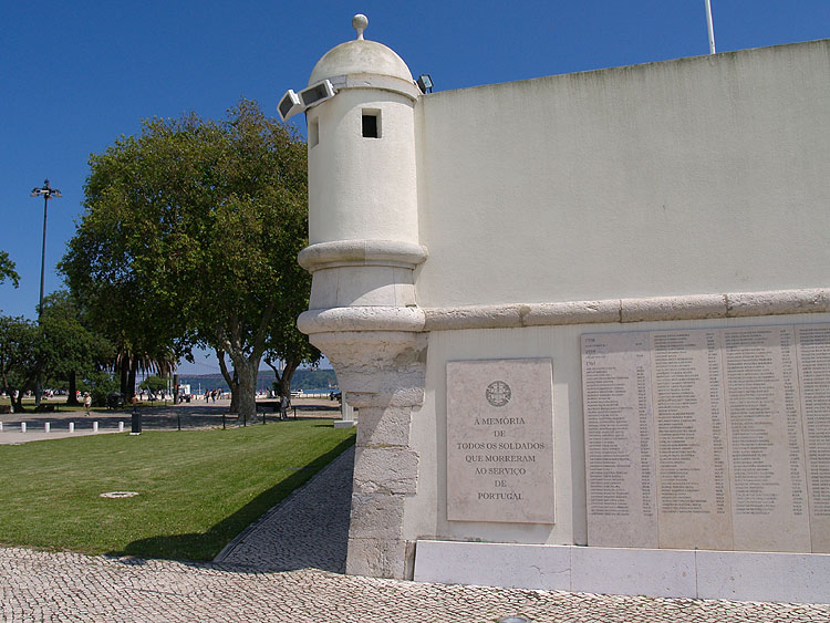 Op de zijkant van het Forte do Bom Sucesso zijn de namen van gevallen soldaten gegraveerd © copyright Dutchmarco