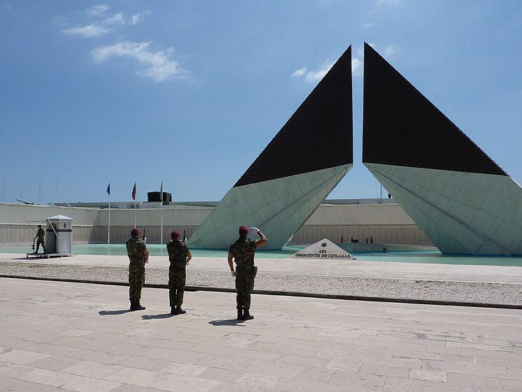 Het Memorial aos Combatentes da Guerra do Ultramar - wisseling van de wacht © copyright Dutchmarco