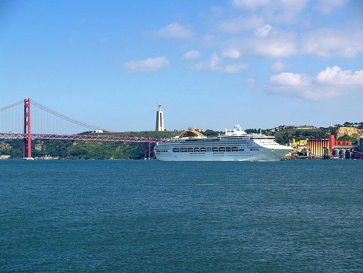 Op de Taag vaart een groot cruiseschip voorbij © copyright Dutchmarco