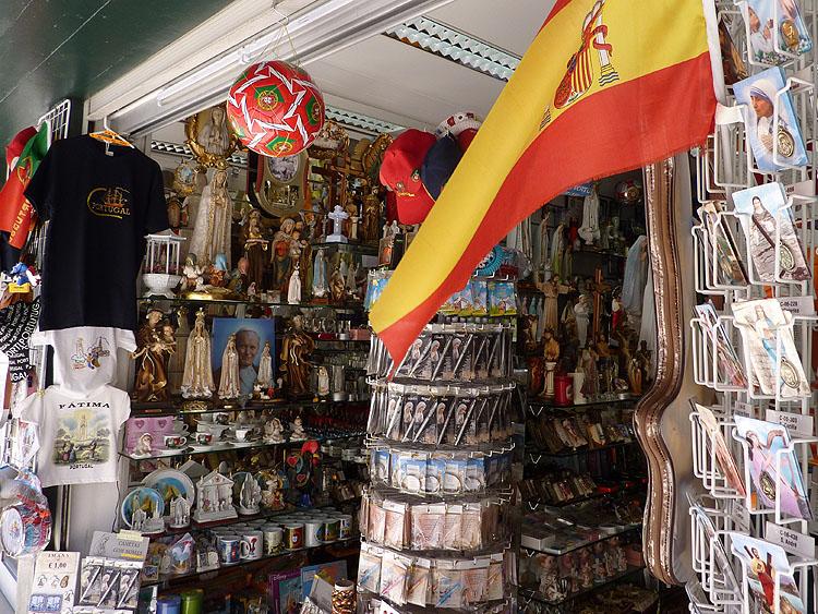 Eén van de vele souvenirwinkels in Fátima © copyright Dutchmarco