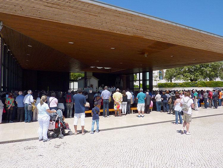 Bij de Verschijningskapel staan veel mensen te luisteren © copyright Dutchmarco