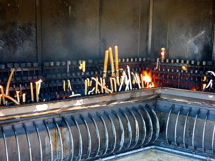 Iedere vlam van iedere kaars is een symbool van het geloof in God © copyright Dutchmarco