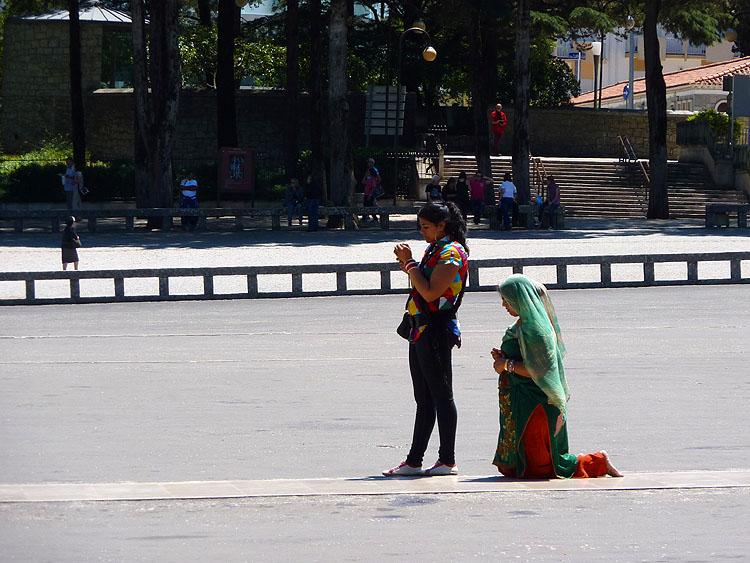 Deze boetelinge legt de weg naar de Verschijningskapel op haar knieën af © copyright Dutchmarco