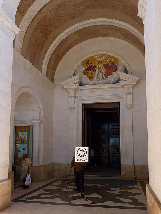 De hoofdingang van de basiliek © copyright Dutchmarco