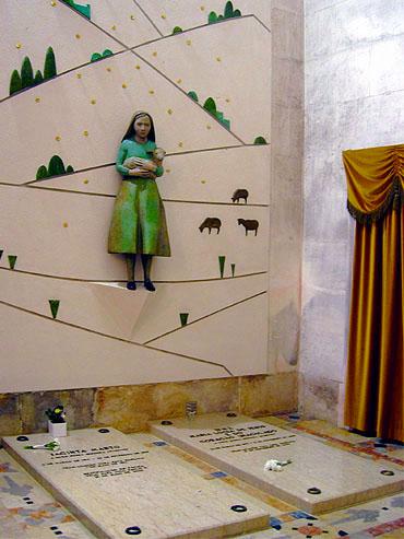 De graven van Jacinta Marto en Lucia dos Santos © copyright Dutchmarco