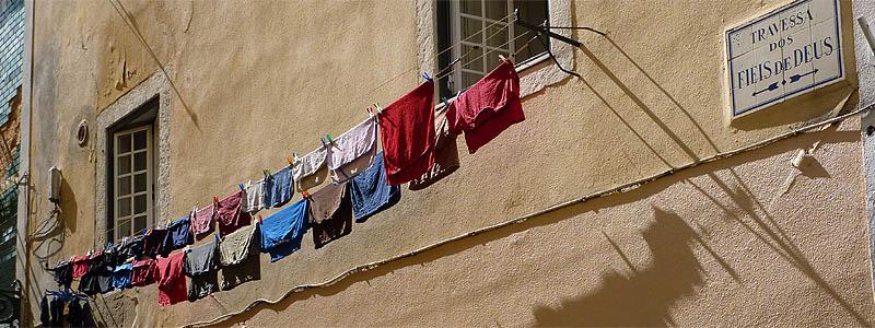 Lissabon: het wasgoed hangt buiten © copyright Dutchmarco