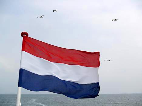 Rood-wit-blauw op de achtersteven van de rondvaartboot © copyright dutchmarco